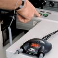 El sistema de monitor estático 3M 790 incluye un montaje placa con adhesivo, un adaptador de CA, y dos cables de tierra con un conector de dos cables.